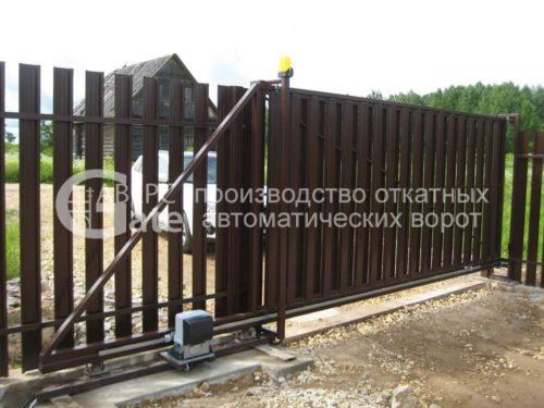 Зашивка ворот металлическим штакетником